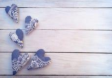 Handmade сердца на деревянной предпосылке Торжество подарок Любовь Стоковая Фотография