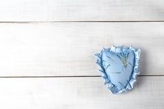 Handmade сердце ткани и космос экземпляра Голубое сердце ткани на покрашенной деревянной предпосылке Аксессуар дня валентинок стоковая фотография