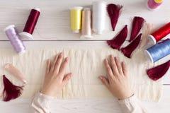 Handmade серьги делая, домашняя мастерская Стоковые Изображения