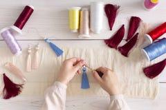 Handmade серьги делая, домашняя мастерская Стоковые Изображения RF