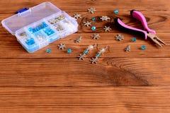 Handmade серьги люстры Славные серьги сделанные из голубых и белых шариков и снежинок металла Плоскогубцы, коробка материалов рем Стоковое Изображение