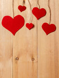 Handmade сердца вися на линии против стены древесин-зерна Стоковое фото RF