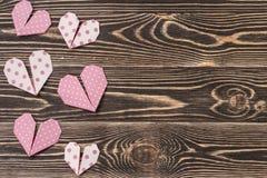 Handmade сердца против стены древесин-зерна Стоковое Изображение