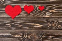 Handmade сердца против стены древесин-зерна Стоковые Изображения