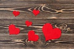 Handmade сердца против стены древесин-зерна Стоковые Фото