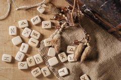 Handmade скандинавские деревянные runes на деревянной винтажной предпосылке Концепция говорить удачи и прогноз  стоковое изображение