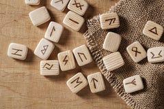 Handmade скандинавские деревянные runes на деревянной винтажной предпосылке Концепция говорить удачи и прогноз  стоковые изображения