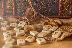 Handmade скандинавские деревянные runes на деревянной винтажной предпосылке Концепция говорить удачи и прогноз  стоковая фотография