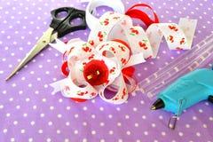 Handmade смычок ленты, аксессуара волос детей, комплекта ленты, ножниц, горячего слипчивого оружия с штангой Стоковые Изображения RF