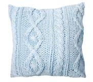 Handmade стильный свет - синь связала подушку на белой предпосылке стоковые изображения rf
