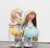 2 handmade тряпичной куклы - белокурой и коричнев-с волосами Стоковая Фотография RF