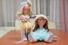 2 handmade тряпичной куклы - белокурой и коричнев-с волосами Стоковые Фотографии RF