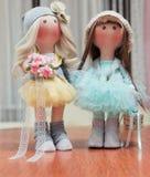 2 handmade тряпичной куклы - белокурой и коричнев-с волосами Стоковые Изображения