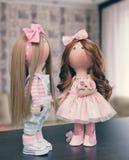 2 handmade тряпичной куклы - белокурой и коричнев-с волосами Стоковая Фотография