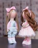 2 handmade тряпичной куклы - белокурой и коричнев-с волосами Стоковые Изображения RF