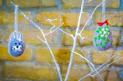 Handmade украшение пасхального яйца с зелеными листьями Стоковое Фото