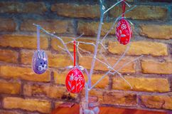 Handmade украшение пасхального яйца с зелеными листьями Стоковое фото RF