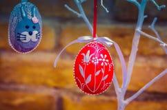 Handmade украшение пасхального яйца с зелеными листьями Стоковые Фото