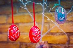 Handmade украшение пасхального яйца с зелеными листьями Стоковая Фотография