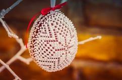 Handmade украшение пасхального яйца с зелеными листьями Стоковые Фотографии RF
