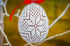 Handmade украшение пасхального яйца с зелеными листьями Стоковое Изображение RF