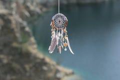 Handmade улавливатель американской мечтаы коренного американца на предпосылке утесов Стоковая Фотография