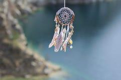 Handmade улавливатель американской мечтаы коренного американца на предпосылке утесов Стоковое Фото