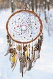 Handmade улавливатель мечты colorfull в снежном лесе Стоковое фото RF