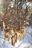 Handmade улавливатель мечты colorfull в снежном лесе Стоковые Изображения