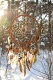 Handmade улавливатель мечты colorfull в снежном лесе Стоковая Фотография RF