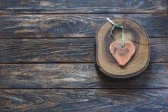 Handmade форма сердца на деревянном куске Стоковые Изображения