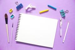 Handmade шаблон знамени ремесла с местом текста Художническое плоское положение с блокнотом белой бумаги Стоковые Изображения RF
