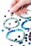 Handmade шариков браслетов изолированное на белой предпосылке стоковые изображения