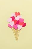 Handmade экстраклассы пирожного сердца на желтой предпосылке Стоковая Фотография RF