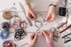 Handmade ювелирные изделия делая, женское хобби Стоковое Изображение RF