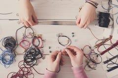 Handmade ювелирные изделия делая, женское хобби Стоковая Фотография