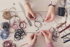 Handmade ювелирные изделия делая, женское хобби Стоковые Изображения