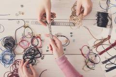 Handmade ювелирные изделия делая, женское хобби Стоковое Фото