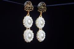 Handmade ювелирные изделия сделанные шариков в макросе серьги от белых шариков серьги от камней Красивейшее ornaments стоковая фотография rf