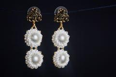 Handmade ювелирные изделия сделанные шариков в макросе серьги от белых шариков серьги от камней Красивейшее ornaments стоковое фото rf