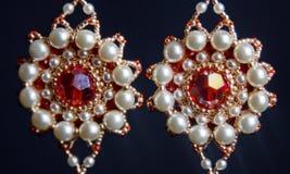 Handmade ювелирные изделия сделанные шариков в макросе серьги от белых шариков серьги от камней Красивейшее ornaments стоковые изображения rf