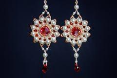 Handmade ювелирные изделия сделанные шариков в макросе серьги от белых шариков серьги от камней Красивейшее ornaments стоковая фотография