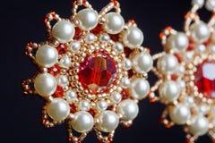 Handmade ювелирные изделия сделанные шариков в макросе серьги от белых шариков серьги от камней Красивейшее ornaments стоковые фотографии rf