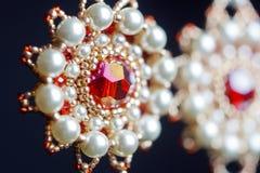 Handmade ювелирные изделия сделанные шариков в макросе серьги от белых шариков серьги от камней Красивейшее ornaments стоковое изображение