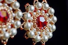 Handmade ювелирные изделия сделанные шариков в макросе серьги от белых шариков серьги от камней Красивейшее ornaments стоковые изображения