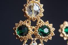 Handmade ювелирные изделия сделанные шариков в макросе серьги от белых шариков серьги от камней стоковые изображения