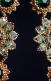 Handmade ювелирные изделия сделанные шариков в макросе серьги от белых шариков серьги от камней стоковая фотография rf