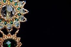 Handmade ювелирные изделия сделанные шариков в макросе серьги от белых шариков серьги от камней стоковые фото