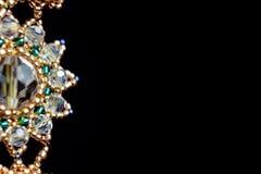 Handmade ювелирные изделия сделанные шариков в макросе серьги от белых шариков серьги от камней стоковое изображение rf