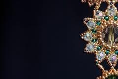 Handmade ювелирные изделия сделанные шариков в макросе серьги от белых шариков серьги от камней стоковое фото
